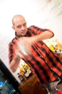 Barmacian Leon Aguilera valmistaa margaritaa