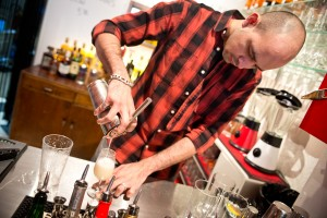 Leon Aguilera Barmaciasta valmistaa Pisco Sour -cocktailia