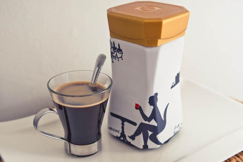 Kuvan Nescafé-purkki on verhoutunut ruokakirjoistaan tutun Hanna Gullichsenin suunnittelemaan huppuun.