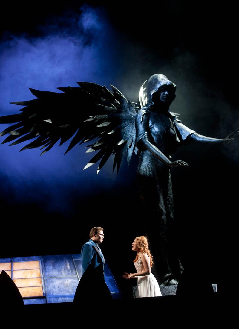 Näytelmä kuljettaa katsojat myös Opera Populairen katoille. Kuvassa Raoul: Olli Tuovinen ja Christine: Hanna-Liina Võsa. Kuva: Stefan Bremer