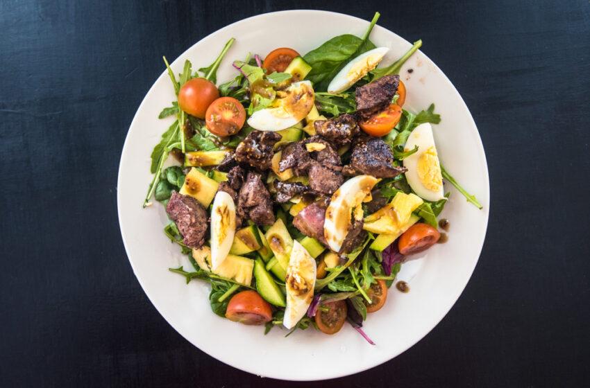 Broilerin maksaa salaattipedillä